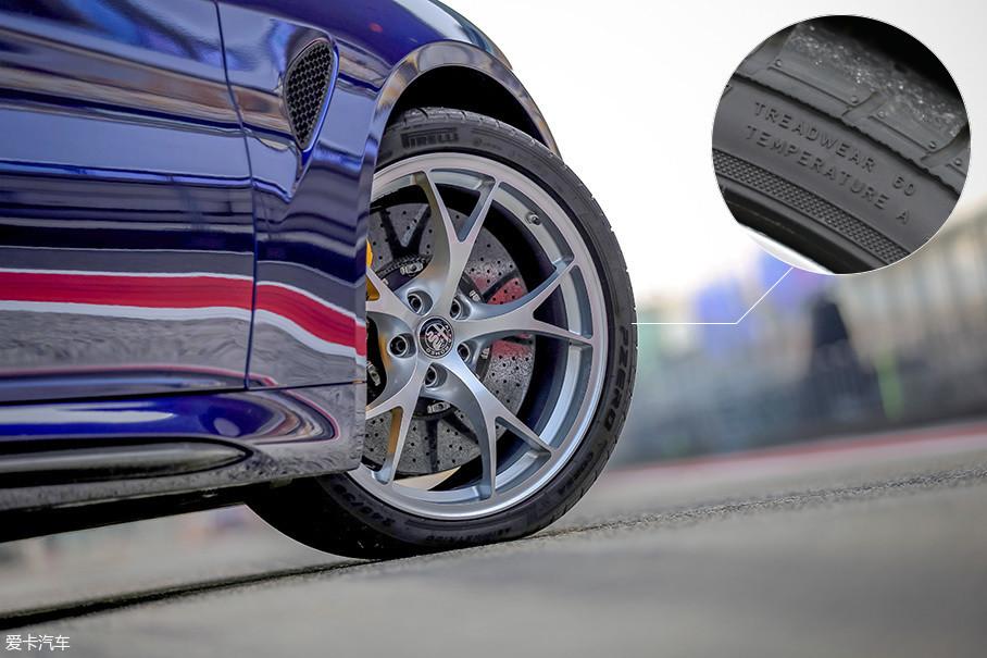 之前Giulia车型所配备的倍耐力P7四季胎已经被定性为严重影响车辆性能发挥的直接原因。而在Giulia QV车型上,这方面一点不含糊,厂家为其量身选购了一款耐磨系数仅为60的倍耐力Corsa轮胎,这套轮胎的抓地力非常强大,但其在赛道上的耐久性有些令人堪忧。