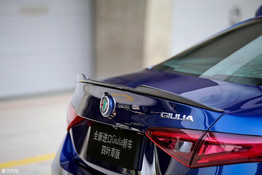 Giulia QV车尾处增加的碳纤维压翼尺寸非常小巧,而且中央位置的斜面高度还略有不同,据厂家介绍,这样的设计是为了更好的平衡车辆高速行驶下车尾下压力和阻力。