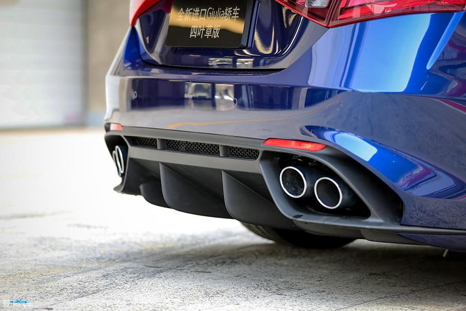 Giulia QV拥有和跑车一样平整的底面,而且车尾还增加了货真价实的扩散器设计,更能帮助车辆提高行驶中的车身稳定性。