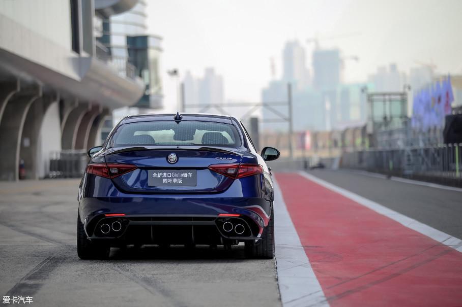 从排气口处其实你也能简单的区分Giulia车型,双边共四出的阀门排气是Giulia QV的专属,Giulia 高功率版则为双边共两出,而Giulia低功率版则只有简简单单一个排气口。
