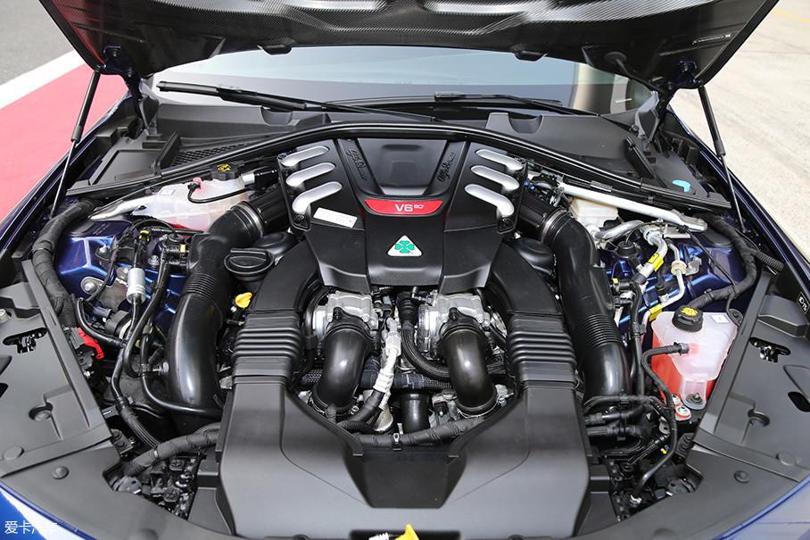 这台2.9T V6发动机之前我们已经有过很多介绍,最大功率375kW(510Ps)/6500rpm,最大扭矩:600Nm/2500-5000rpm。其两颗的IHI涡轮深埋在了缸体两侧下方,考虑到涡轮高达近2Bar的压力所带来的巨大热量,涡轮附近的其他设备外壁都包裹了厚厚的隔热铝板。
