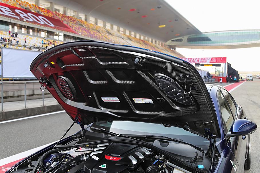 全碳纤维的机舱盖看起来实在美妙,重量更是轻的可以用一个手指即可轻轻抬起,在轻量化方面,Giulia QV用料相当到位。