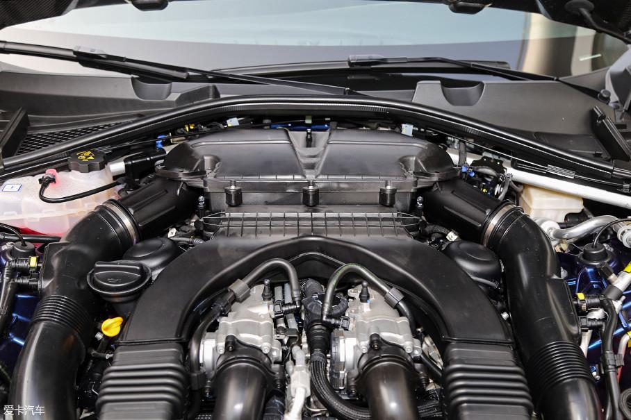 拆开发动机装饰罩之后,你能更加清晰的看到这台发动机的全貌。位于中央的双节气门布局,以及位于缸体V型夹角内的进气机构设计严重暴露了这台发动机的出处,感兴趣的网友们可以对比参考法拉利F154BB发动机的外形图。