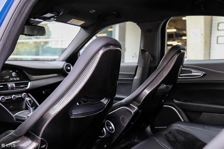 碳纤维的座椅外壳令人垂涎欲滴,不过工艺确实还有很大提升空间,对于竞争对手来说,Giulia QV的内饰工艺是其最大的短板。