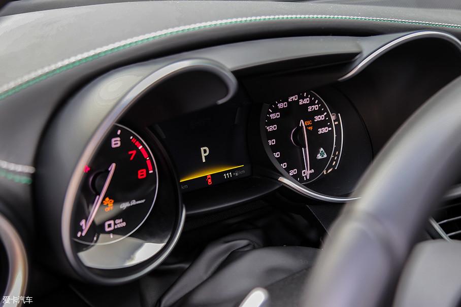 双垂表的指针设计强调了Giulia QV强烈的运动基因,而且为了满足其高达307km/h的极速水平,时速表的表底也已经定制成了330km/h的样式。