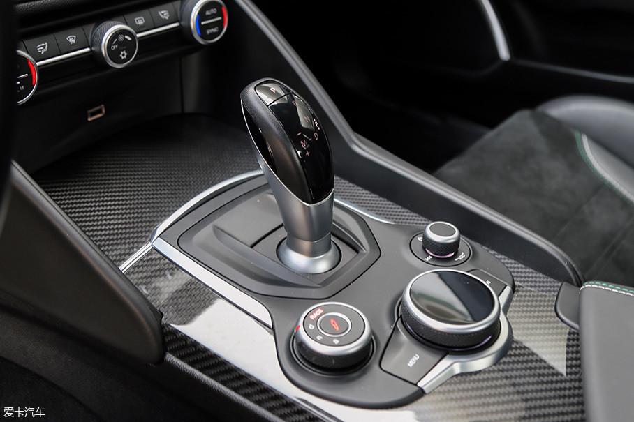 之前Giulia车型上搭载的采埃孚(ZF)8HP50 变速箱显然不能满足Giulia QV高达600Nm的扭矩输出,所以变速箱部分则已经晋升为能承受750Nm的8HP75。