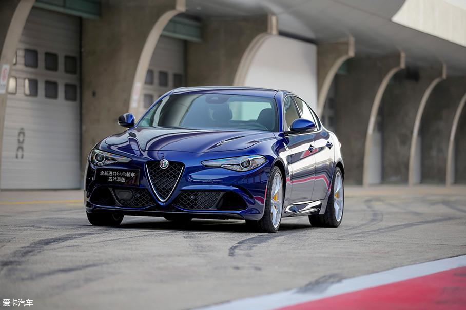 在Giulia QV的身上,我们可以看到更多为涡轮中冷、变速箱等部件提供散热的开孔,而加宽的前翼子板和侧裙配上QV车型独有的轮圈造型,更使得车身姿态富有战斗气息。
