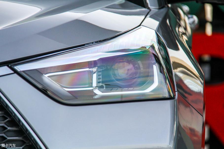 大灯的折角也变得更加锐利,采用扁平细长的造型并向后方肩线拉伸,整体设计与哈弗的高端品牌WEY有异曲同工之处。