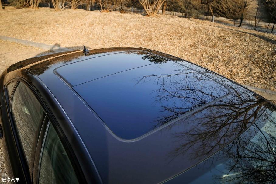 试驾车配备了面积可观的全景天窗,值得一提的是,可开启面积也几乎超过了总面积的一半。
