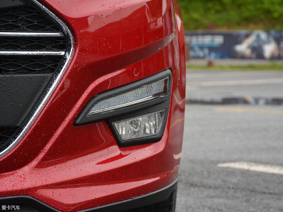 轩朗三款不同排量车型除手动标准型外,其他车型前保险杠两侧均配备有雾灯与LED日间行车灯。