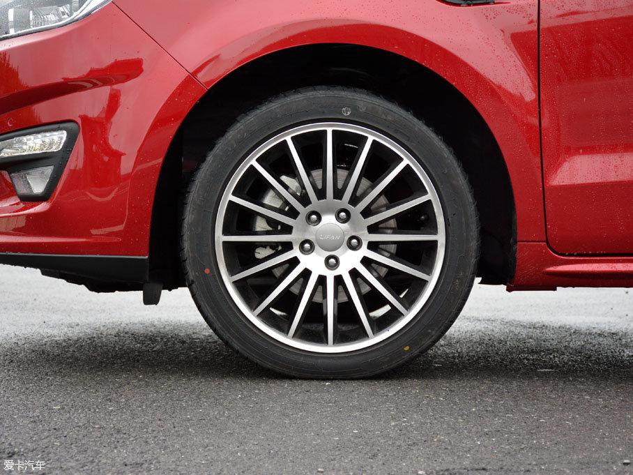 多条辐铝合金轮圈是轩朗1.5T车型的专属配置,轮胎则配备了尺寸为225/45 R18的玛吉斯M1系列轮胎。