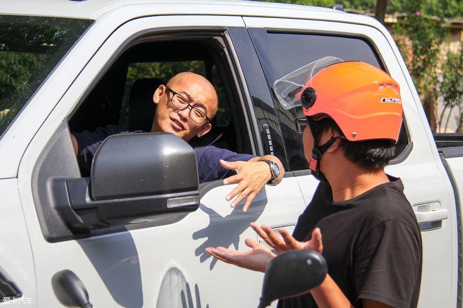 光头男邪魅一笑——差不多!我们今天测试的就是这台车,你来开车,我们越野去!