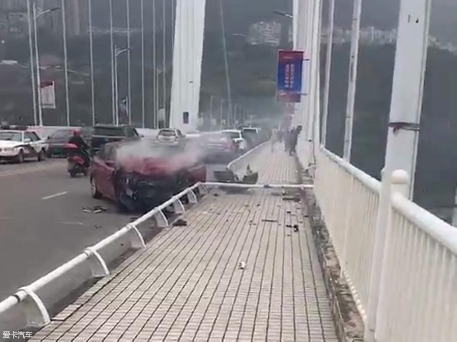 重庆一公交坠入长江 现已造成多人死亡