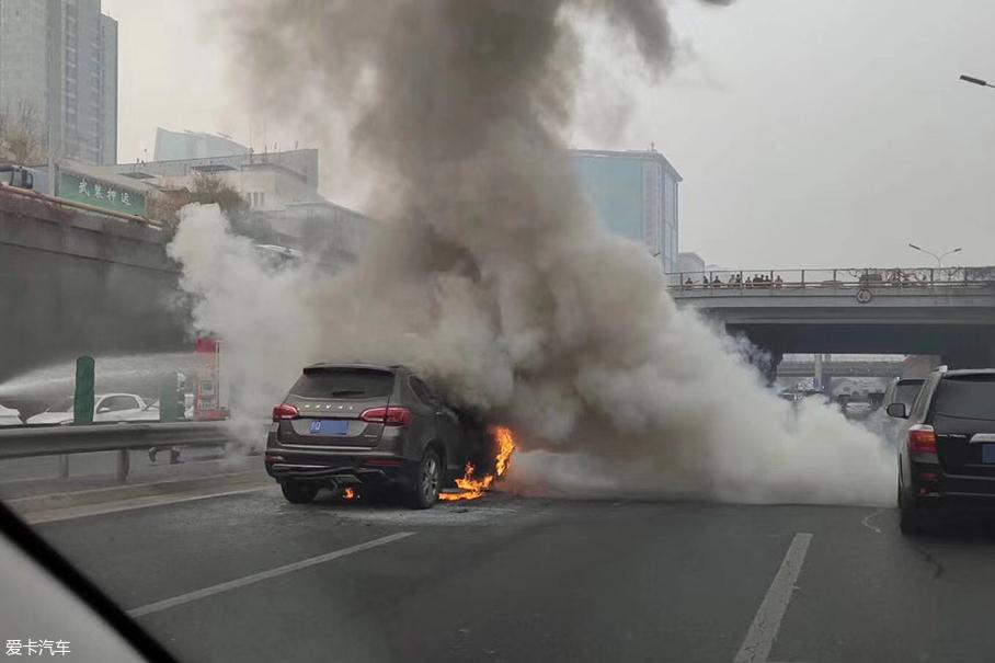 出行不易 北京北四环路上车辆突发自燃