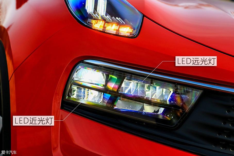 远、近光灯被划分为六个区域,靠外侧的两个区域为近光灯,而内侧的四个区域为远光灯。