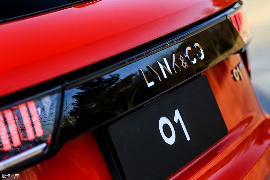 车尾部分的领克标识质感十足,在不同光线下的表现美轮美奂。