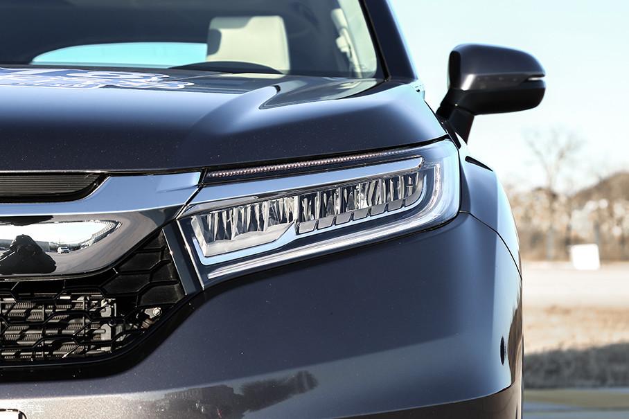 240TURBO车型的尊享以及豪华版,都仍然配备了羽式造型的全LED大灯,低配车型则将配备带有透镜的卤素大灯。