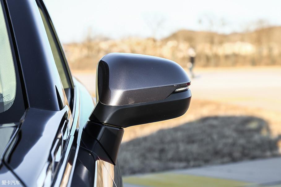 外侧后视镜采用了双色设计,并集成LED转向灯。