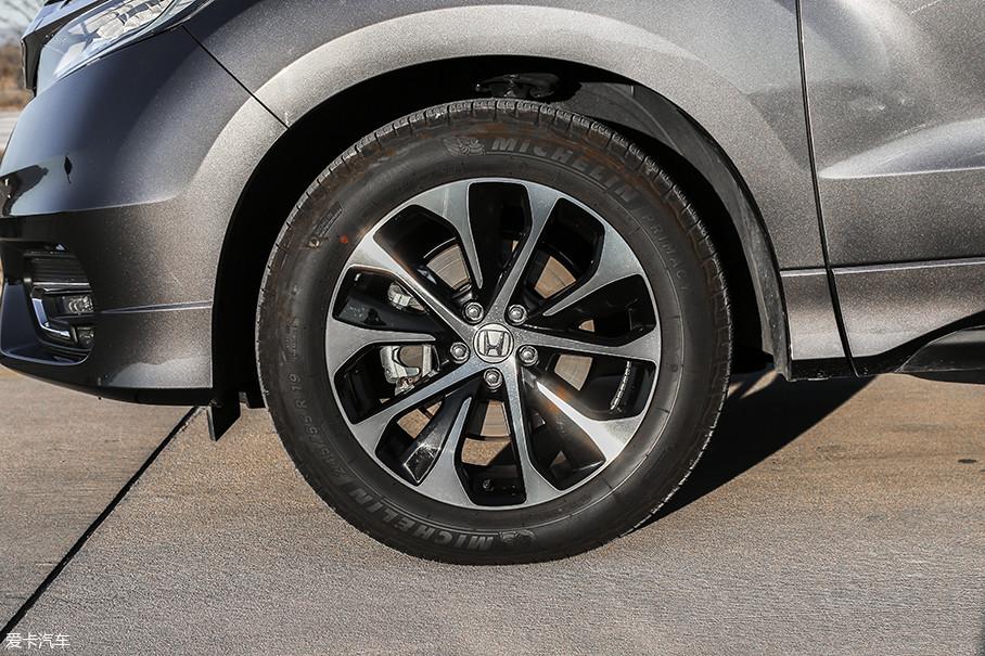 冠道240TURBO继承了370TURBO车型的19英寸降噪轮圈,轮胎采用米其林Primacy SUV系列,规格为245/55 R19。