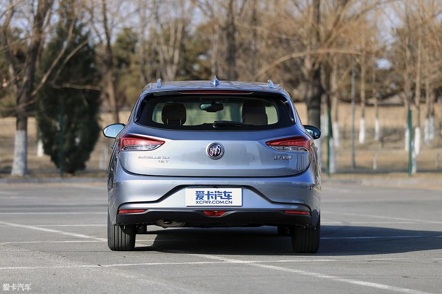 """单从车尾的正后角度来看,阅朗真得和一部两厢轿车没什么区别。而左下角位置的""""18T""""的铭牌则代表了该车型搭载的是1.3T的动力。"""