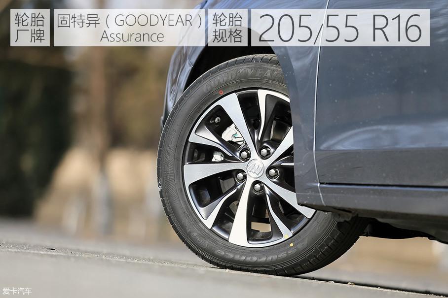 16英寸的铝合金轮圈采用了双色的颜色搭配,视觉效果更加突显动感。固特异Assurance系列轮胎在抓地力方面表现不错,但在路噪方面的把控有些不足。