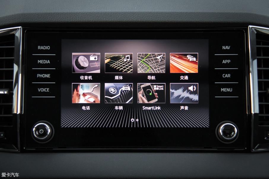 仅在海外版顶配车型上配备的9英寸多功能触控屏支持手机互联、语音控制等功能。显示清晰、界面设计直观,反应速度也比较顺畅。值得表扬的是,两侧的实体控制旋钮得到了保留以便于盲操作。