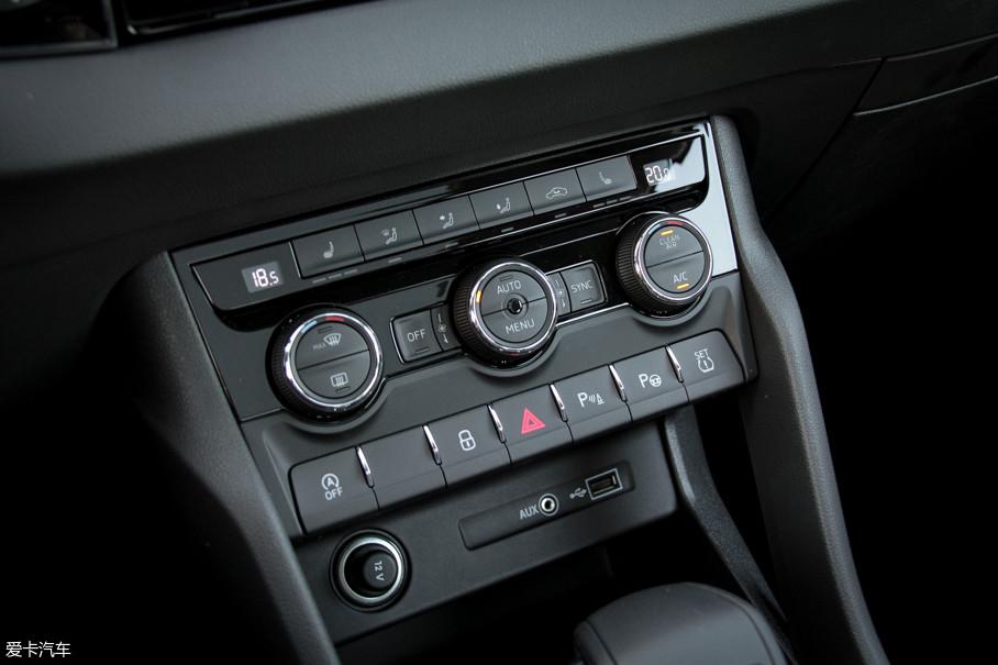 双区自动空调的温度和风量都采用旋钮控制,便于行驶中盲操作。同时做工比较细致,操作手感也比较细腻。