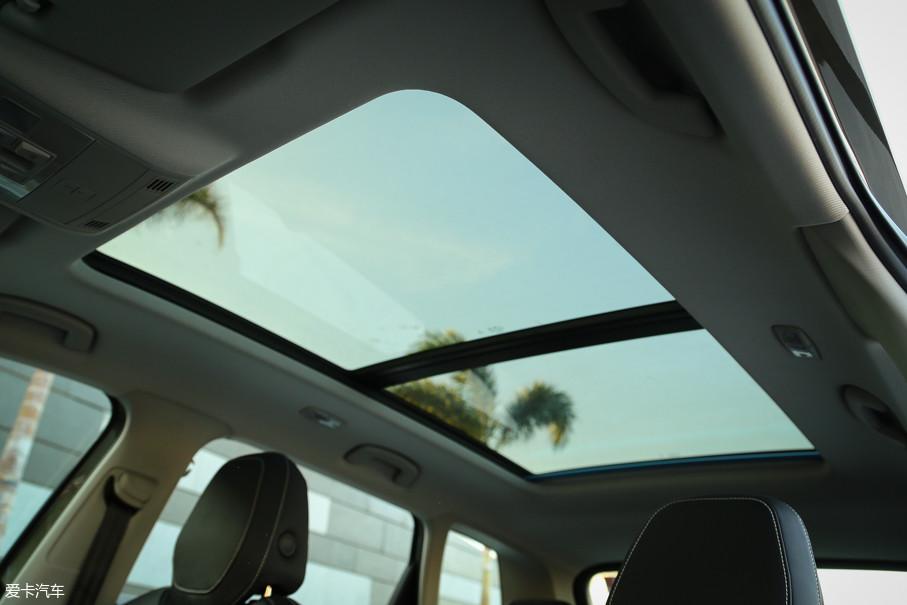 面积达到了1.17㎡的全景天窗采用了三层密封设计,可以有效隔绝外部尘土、噪声和雨水,这当然也是一项国人十分喜爱的配置。