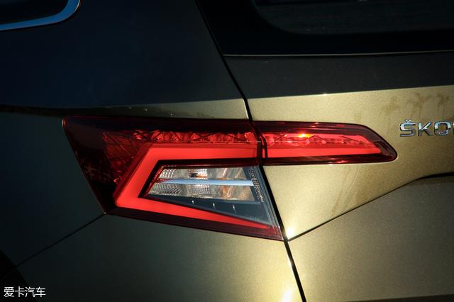 led尾灯的c型示宽灯是斯柯达家族的标志性设计元素,内部冰裂纹状造型