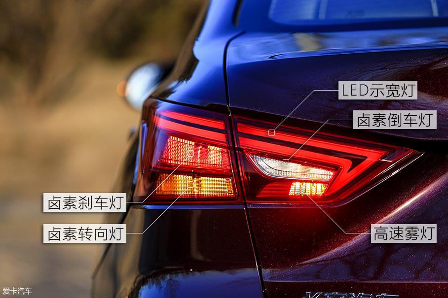 不规整造型的尾灯设计,与尾部造型很好的融为一体。内部光源则采用LED+卤素搭配的设计。