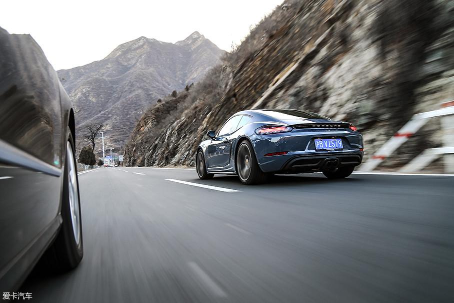 在绵延的山路上,通过轻点刹车车辆就能快速完成重心转移,车尾的跟随性也极佳,不会带给你任何拖拽感,很快我就适应了这台车的驾驶节奏。