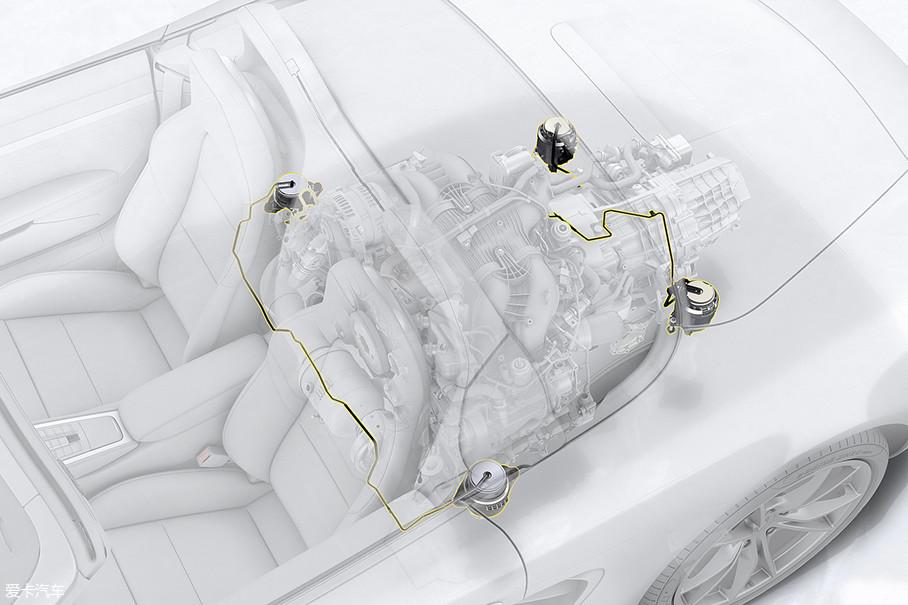 由于发动机紧靠驾驶室,因此,为了降低发动机运转过程中的震动,工程师们还为718配备了主动式减震机脚,这套电控设备会根据车身传感器收集到的车速和发动机转速信息来自动调整机脚减震设备的软硬度,以求吸收掉会影响驾驶员舒适度的发动机震动。