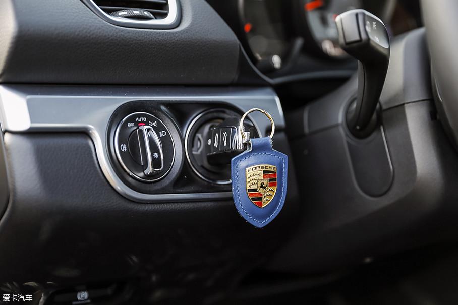 点火开关依然在方向盘左侧,这也是保时捷家族源自勒芒赛车的传统设计。