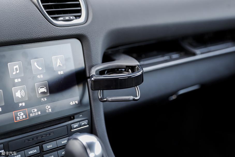 仪表台副驾驶侧配有两个可以弹出的杯架,设计十分精巧,不过它不太适合放置较高的杯子。
