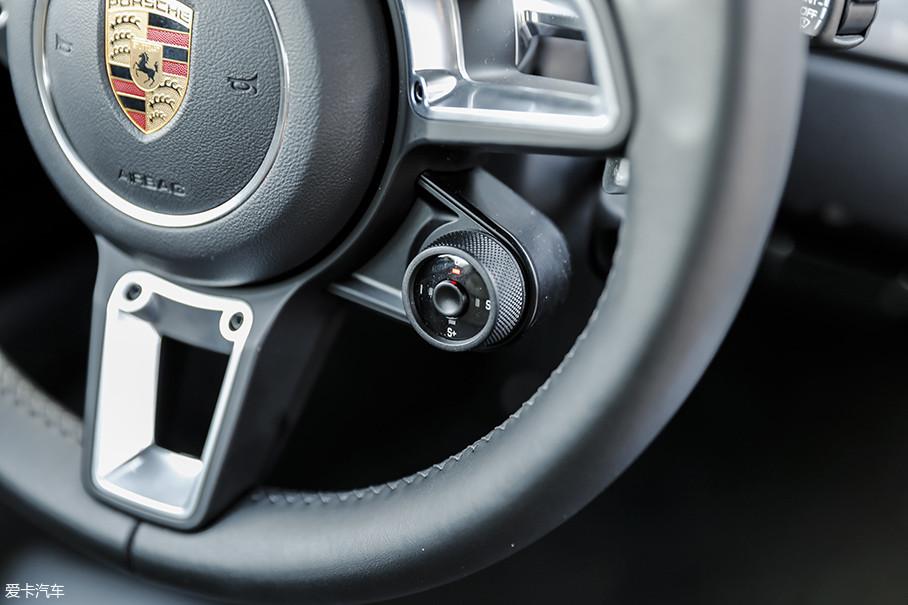 """按下驾驶模式旋钮中央的按钮,将会起动能让发动机与变速箱在20s调整至最亢奋状态的""""鸡血模式""""。虽然坚持时间比较短暂,但系统并未限制驾驶者连续按下的次数。"""