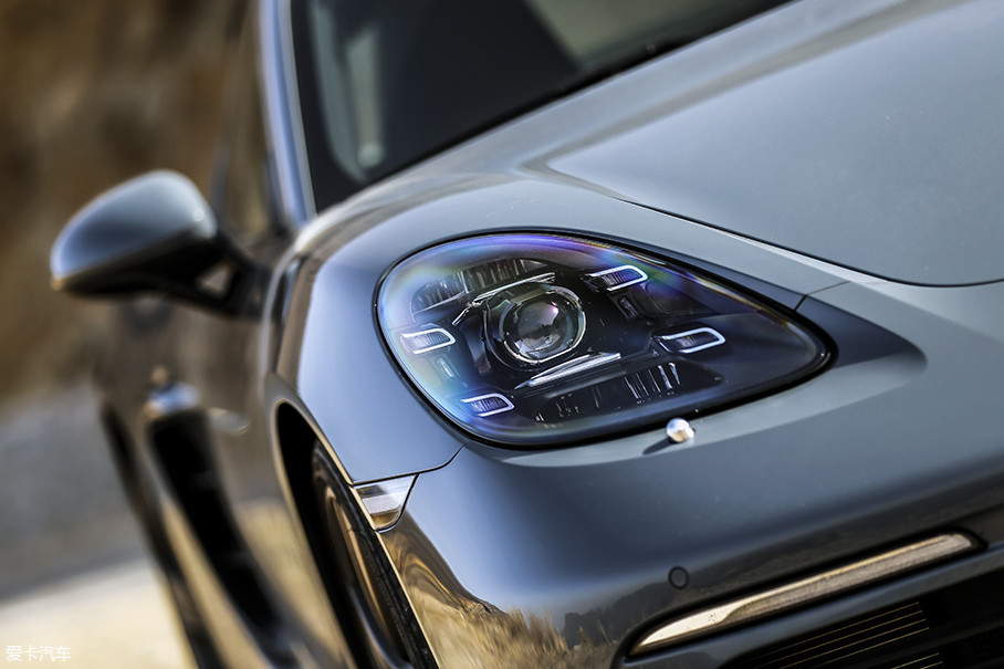 试驾车型已经选装了价值14900元的保时捷动态照明系统(PDLS),在实际使用中,这套照明系统的智能性在我所试驾过拥有类似系统的车型当中其表现绝对算得上出色。