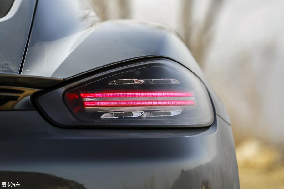 车尾的变化更加富有诚意,尤其是这对尾灯,两条红色的LED灯带在周围四个LED灯的点缀下,显得非常别致,容易让人过目不忘,绝对是越简单越美观的设计。