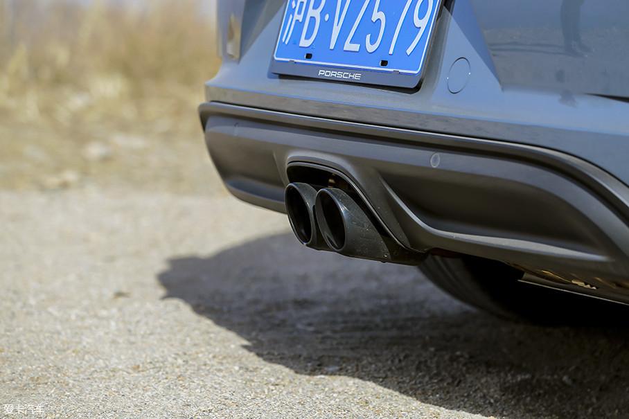 黑色的运动型尾管也是选装件之一,3200元的价格和市面上的品牌改装尾段差不多。当然,你还可以选择具有声浪音效放大功能的运动排气系统,只要你舍得再掏出这23000元的选装费。