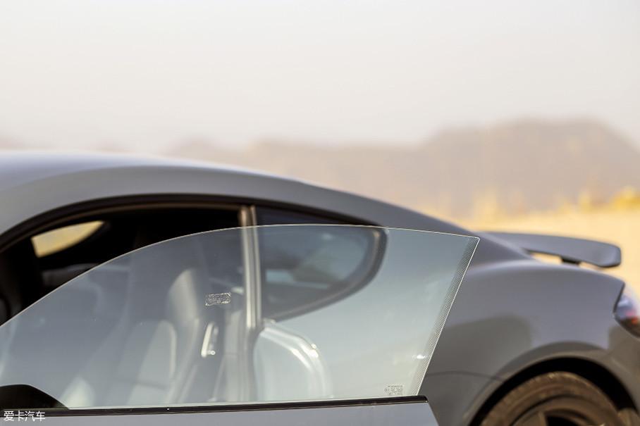 无框的车门也是作为一台标准跑车所必须的设计。