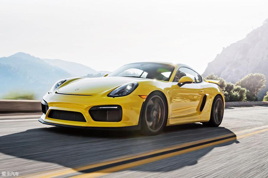 从前年GT4的发布,让人慢慢看出了保时捷家族对次子态度上的变化,首先,保时捷将911 GT3车型上的整个前悬挂原封不动的移植给了GT4,要知道911 GT3可是圈内公认的拥有顶尖级教科书操控水平的赛道机器,这一改变,无疑让GT4在操控方面更加具有灵性。而只提供手动挡变速箱...