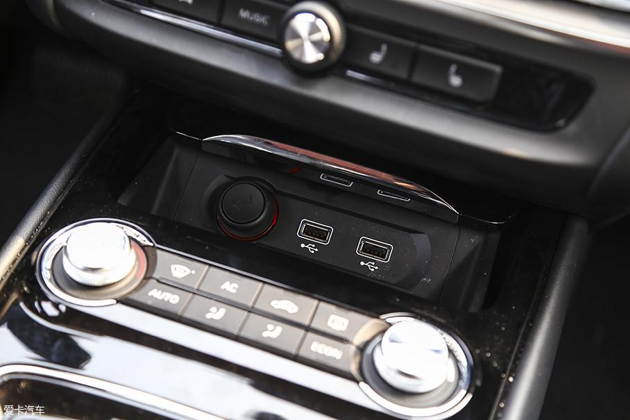 此外,位于中控台下方还设有两个USB插口。
