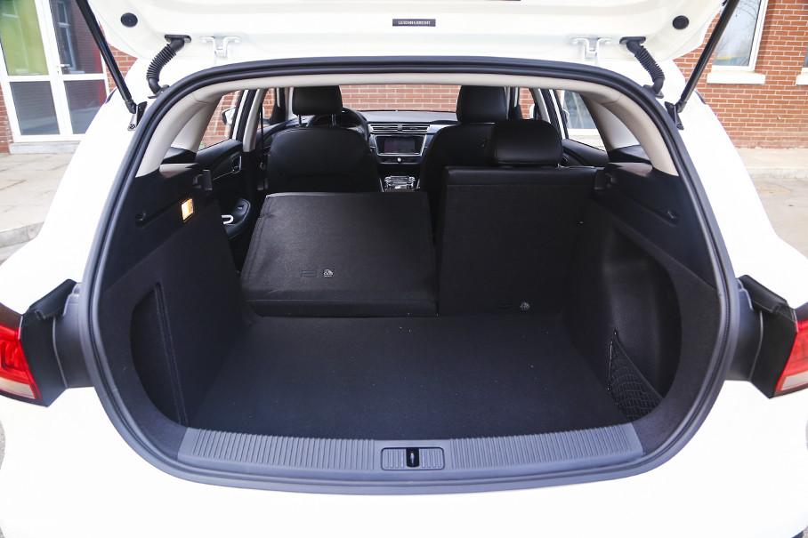 得益于电动车专属车身设计及高电池集成度,行李厢空间的表现同样非常优异。此外,后排座椅不仅支持4/6比例放倒,也可将常规578L的行李厢容积延展至1456L。
