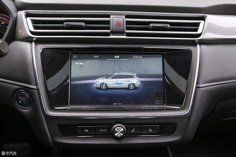 正如很多新能源车型一样,中控屏幕所显示电池状态可供驾驶者实时监控电池电量输出及回收状态。