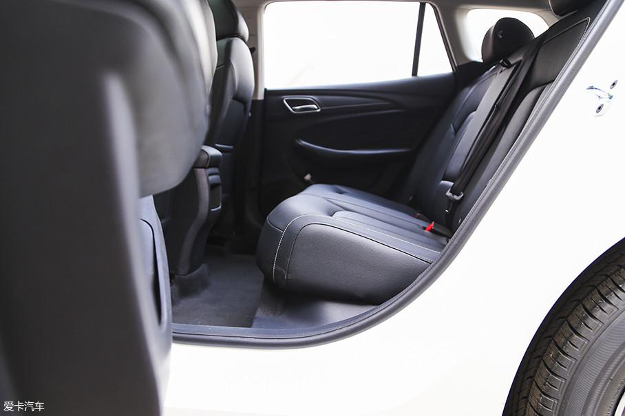 此外,后排乘坐的高度相较于其他电动车型也有所改善,这与其采用全新的纯电动架构有关。