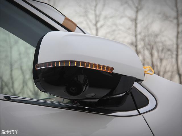 全新东南DX7的外后视镜采用双色设计,并集成了转向灯功能与全景影像摄像头,同时个头较大的设计则充分说明了厂商将实用性方面放在首位的作风。