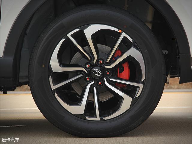 """18寸双色铝合金轮圈以""""7""""为主元素构成,造型十分独特,内部的刹车钳也采用了红色涂装,更显动感。而轮胎则选用了玛吉斯的BRAVO系列,规格为235/55 R18。"""
