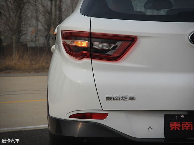 全新东南DX7配备立体式LED尾灯,与车头相呼应的翅膀羽翼元素的构造以及层次分明的晶钻式LED尾灯组给人较强的科技感,不仅如此,在夜间点亮之后也能展现出很高的辨识度。