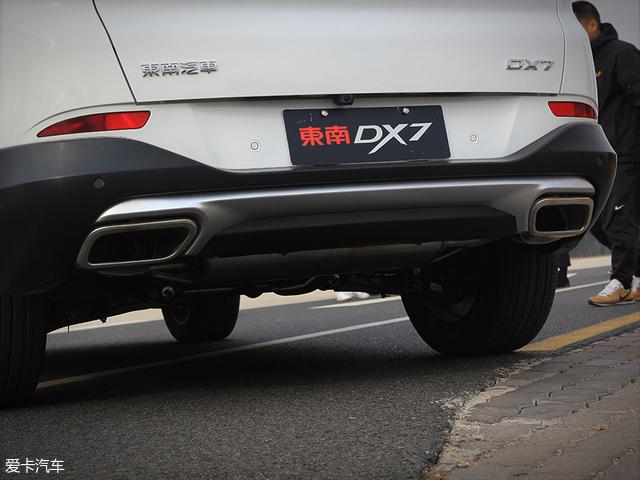 """排气采用双排双出布局的全新DX7配备了""""大口径排气"""",虽然仅仅起到了装饰的作用,但搭配银色护板与黑色保险杠的设计还是流露出了较高的运动氛围。"""