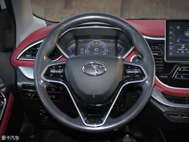 三辐式多功能方向盘的造型与现款车型相同,且大小适中,3/9点的人体功能学体现的比较出色。不过由于是测试车的缘故,方向盘并未采用皮质或其它软性材料覆盖。