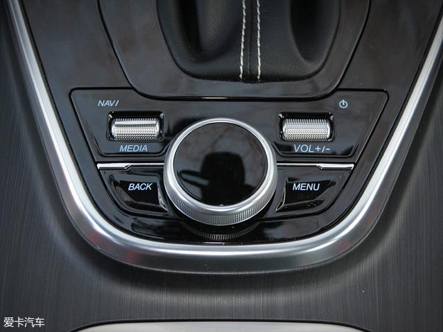 除了可以通过触摸的方式控制中控大屏,挡把后面还有多媒体调节的旋钮与按键。
